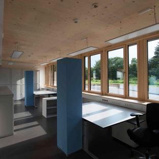 Imagen de despacho madera, contemporáneo, de tamaño medio, con paredes blancas, suelo de linóleo y escritorio independiente