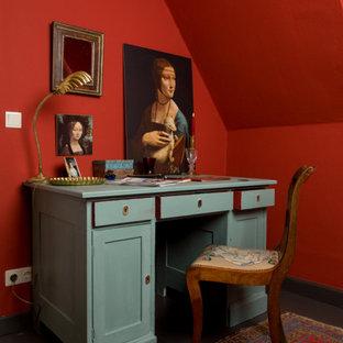 На фото: рабочее место среднего размера в современном стиле с красными стенами, светлым паркетным полом, отдельно стоящим рабочим столом и серым полом с
