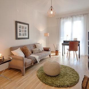 ハノーファーの小さいコンテンポラリースタイルのおしゃれなホームオフィス・書斎 (ライブラリー、ベージュの壁、ラミネートの床、自立型机、ベージュの床、暖炉なし) の写真