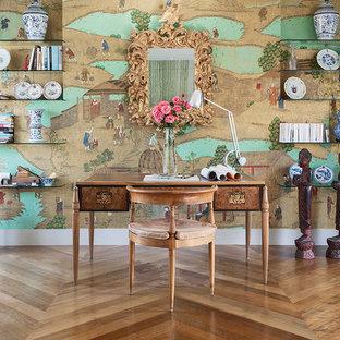 Mittelgroßes Asiatisches Arbeitszimmer mit Arbeitsplatz, bunten Wänden, braunem Holzboden und freistehendem Schreibtisch in Berlin