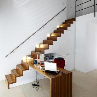 ドルトムントのコンテンポラリースタイルのおしゃれなホームオフィス・書斎 (白い壁、トラバーチンの床、造り付け机、暖炉なし) の写真