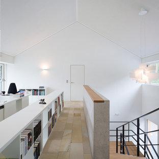 Идея дизайна: огромное рабочее место в современном стиле с белыми стенами, полом из травертина, отдельно стоящим рабочим столом и бежевым полом без камина
