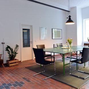 Esempio di un grande ufficio design con pareti bianche, nessun camino, scrivania autoportante e pavimento rosso