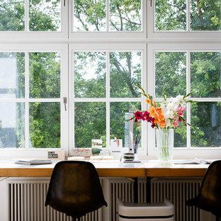 ケルンのエクレクティックスタイルのおしゃれな書斎 (無垢フローリング、暖炉なし、自立型机) の写真