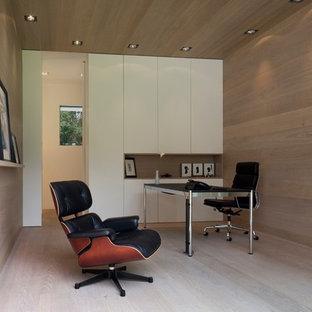 Imagen de despacho contemporáneo, de tamaño medio, con suelo de madera clara, escritorio independiente y paredes marrones