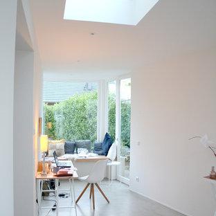 ケルンの中くらいの北欧スタイルのおしゃれな書斎 (白い壁、クッションフロア、暖炉なし、自立型机、グレーの床) の写真