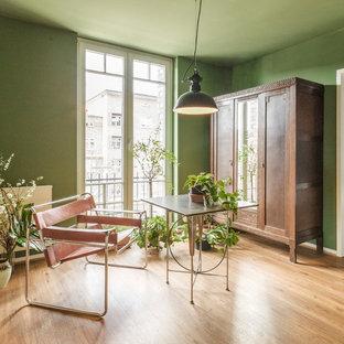Mittelgroßes Eklektisches Arbeitszimmer ohne Kamin mit Arbeitsplatz, grüner Wandfarbe, braunem Holzboden, freistehendem Schreibtisch und braunem Boden in Hamburg