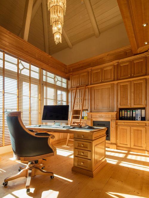 Mittelgroßes Klassisches Arbeitszimmer Mit Arbeitsplatz, Hellem Holzboden,  Freistehendem Schreibtisch Und Brauner Wandfarbe In Sonstige