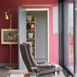 Kleines Eklektisches Arbeitszimmer ohne Kamin mit roter Wandfarbe, Vinylboden und grauem Boden in Nürnberg