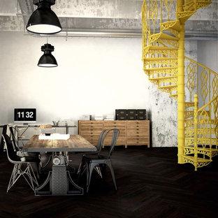 Industrial Arbeitszimmer mit Studio, braunem Holzboden und freistehendem Schreibtisch in München