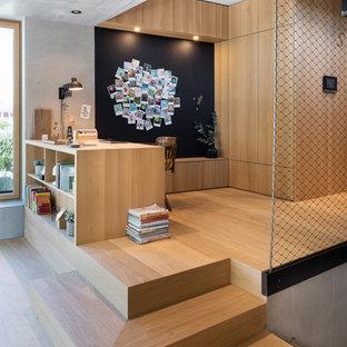 Diseño de despacho madera, escandinavo, madera, sin chimenea, con suelo de madera clara, escritorio empotrado, paredes grises, suelo beige y madera