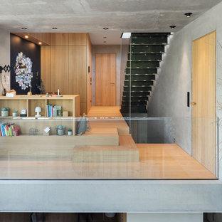Exemple d'un très grand bureau scandinave avec un mur blanc, un sol en bois clair, un bureau intégré et un sol marron.