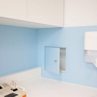他の地域のモダンスタイルのおしゃれなホームオフィス・書斎 (白い壁、クッションフロア、ベージュの床) の写真