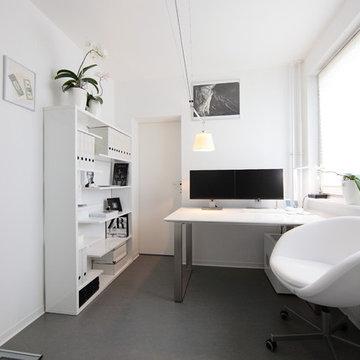 Häusliches Arbeitszimmer in Weiß