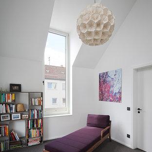 Kleines Modernes Lesezimmer ohne Kamin mit weißer Wandfarbe, Teppichboden und schwarzem Boden in Stuttgart