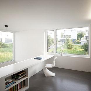シュトゥットガルトの中くらいのコンテンポラリースタイルのおしゃれな書斎 (白い壁、暖炉なし、造り付け机、リノリウムの床) の写真