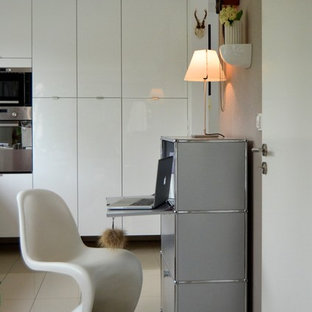 ミュンヘンの小さいコンテンポラリースタイルのおしゃれな書斎 (セラミックタイルの床、自立型机、ベージュの壁、暖炉なし) の写真