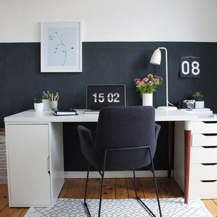 ベルリンの小さい北欧スタイルのおしゃれな書斎 (白い壁、淡色無垢フローリング、自立型机、暖炉なし) の写真