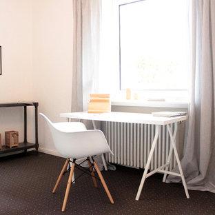 ハンブルクの中サイズの北欧スタイルのおしゃれな書斎 (白い壁、カーペット敷き、暖炉なし、自立型机、黒い床) の写真