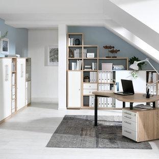 Mittelgroßes Modernes Arbeitszimmer ohne Kamin mit Arbeitsplatz, freistehendem Schreibtisch, weißer Wandfarbe, hellem Holzboden und beigem Boden in Dresden
