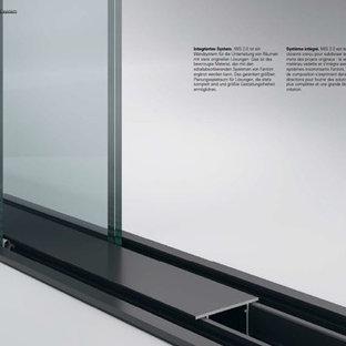 Idee per un ampio atelier moderno con pareti bianche, pavimento in gres porcellanato, scrivania autoportante e pavimento bianco