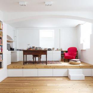 Mittelgroßes Modernes Arbeitszimmer ohne Kamin mit Arbeitsplatz, weißer Wandfarbe, hellem Holzboden, freistehendem Schreibtisch und beigem Boden in München