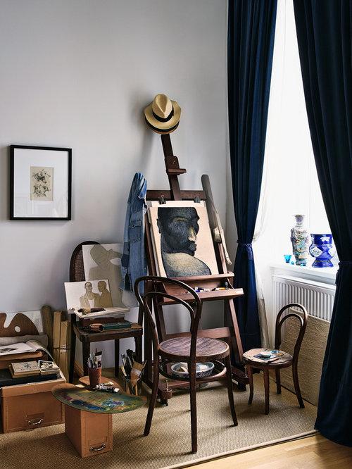 Kleines Stilmix Arbeitszimmer Ohne Kamin Mit Studio, Weißer Wandfarbe,  Braunem Holzboden Und Braunem Boden