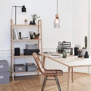 Mittelgroßes Skandinavisches Arbeitszimmer mit Arbeitsplatz, weißer Wandfarbe, hellem Holzboden und freistehendem Schreibtisch in Dresden
