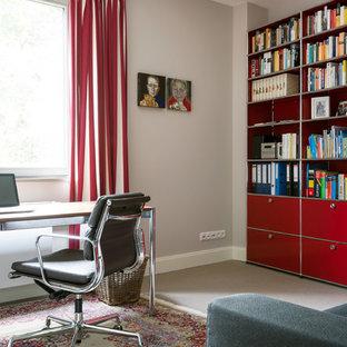 Kleines Modernes Arbeitszimmer ohne Kamin mit grauer Wandfarbe, Teppichboden, freistehendem Schreibtisch, grauem Boden und Arbeitsplatz in Hamburg