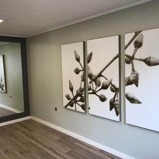 ケルンのコンテンポラリースタイルのおしゃれな書斎 (ラミネートの床、茶色い床) の写真