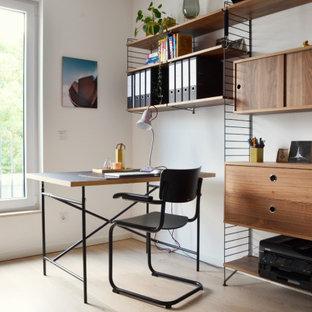 Mittelgroßes Modernes Arbeitszimmer mit Arbeitsplatz, weißer Wandfarbe, freistehendem Schreibtisch und beigem Boden in Köln