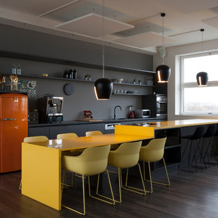 ミュンヘンのモダンスタイルのおしゃれなホームオフィス・書斎 (グレーの壁、リノリウムの床) の写真