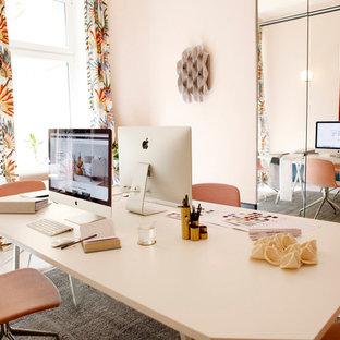 Eklektisk inredning av ett mellanstort hemmastudio, med rosa väggar, ljust trägolv, ett fristående skrivbord och vitt golv
