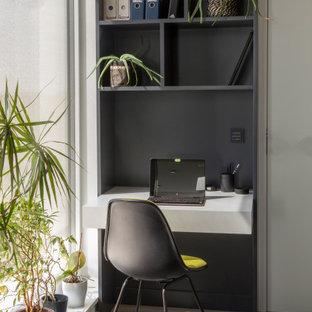 ベルリンの小さいコンテンポラリースタイルのおしゃれな書斎 (白い壁、造り付け机、塗装フローリング、グレーの床) の写真