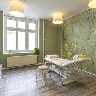 ベルリンの中サイズのコンテンポラリースタイルのおしゃれなホームオフィス・仕事部屋 (ラミネートの床) の写真