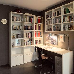 シュトゥットガルトの中サイズのコンテンポラリースタイルのおしゃれな書斎 (茶色い壁、リノリウムの床、暖炉なし、造り付け机、黒い床) の写真