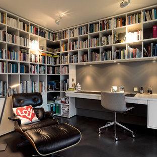 Modelo de despacho contemporáneo, de tamaño medio, sin chimenea, con paredes grises, suelo de linóleo, escritorio empotrado y suelo negro