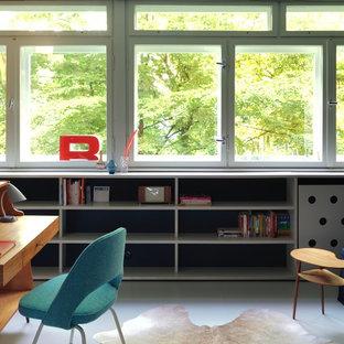 Ejemplo de despacho retro, de tamaño medio, sin chimenea, con paredes blancas, escritorio independiente, suelo de linóleo y suelo blanco