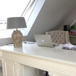 デュッセルドルフの中サイズのシャビーシック調のおしゃれな書斎 (白い壁、ラミネートの床、暖炉なし、自立型机、グレーの床) の写真