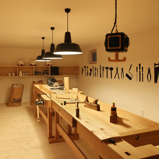 他の地域の大きい北欧スタイルのおしゃれなホームオフィス・書斎 (ベージュの壁、淡色無垢フローリング、暖炉なし) の写真