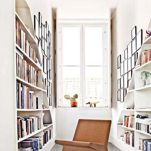 Kleines Modernes Lesezimmer ohne Kamin mit weißer Wandfarbe, Betonboden und grauem Boden in Sonstige
