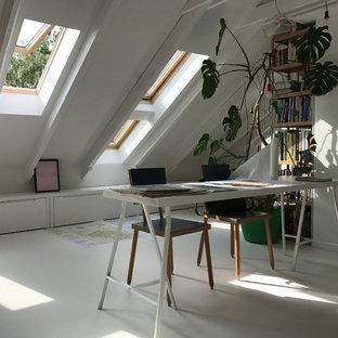 他の地域の中くらいのコンテンポラリースタイルのおしゃれなアトリエ・スタジオ (白い壁、コンクリートの床、標準型暖炉、漆喰の暖炉まわり、自立型机、白い床) の写真
