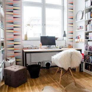 Foto di un piccolo ufficio nordico con pareti multicolore, pavimento in legno massello medio, nessun camino e scrivania autoportante