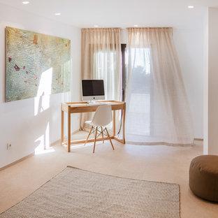 マヨルカ島の大きい北欧スタイルのおしゃれな書斎 (白い壁、大理石の床、暖炉なし、自立型机) の写真