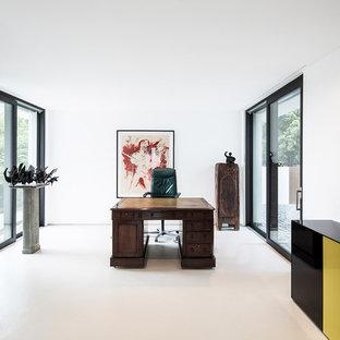 Großes Modernes Arbeitszimmer mit Arbeitsplatz, weißer Wandfarbe, freistehendem Schreibtisch, Vinylboden und weißem Boden in Stuttgart