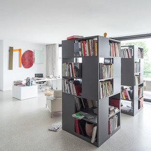 Geräumiges Modernes Arbeitszimmer ohne Kamin mit Arbeitsplatz, weißer Wandfarbe, freistehendem Schreibtisch und Linoleum in Köln