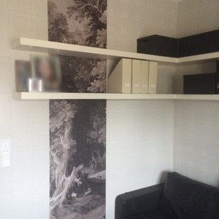 Inspiration för mellanstora moderna arbetsrum, med grå väggar, mellanmörkt trägolv, ett fristående skrivbord, brunt golv, ett bibliotek, en hängande öppen spis och en spiselkrans i metall