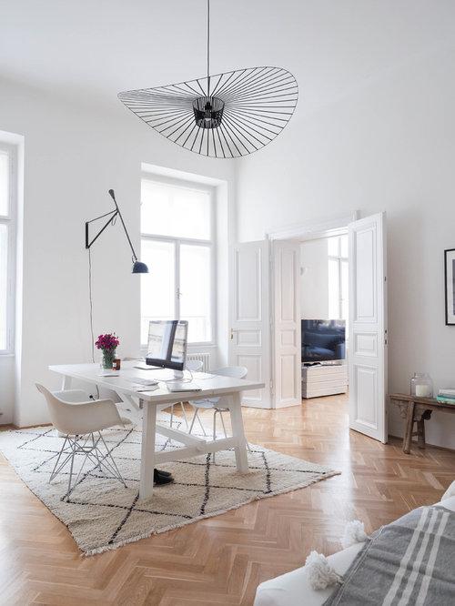 Mittelgroßes Skandinavisches Arbeitszimmer Ohne Kamin Mit Freistehendem  Schreibtisch, Weißer Wandfarbe, Braunem Holzboden, Braunem