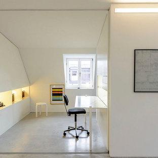 Esempio di un piccolo ufficio minimalista con pareti bianche, pavimento in linoleum e scrivania incassata