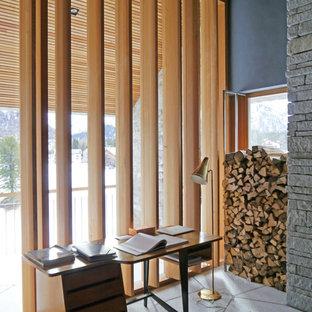 Exemple d'un bureau tendance avec un mur bleu, un bureau indépendant, aucune cheminée et un sol en ardoise.